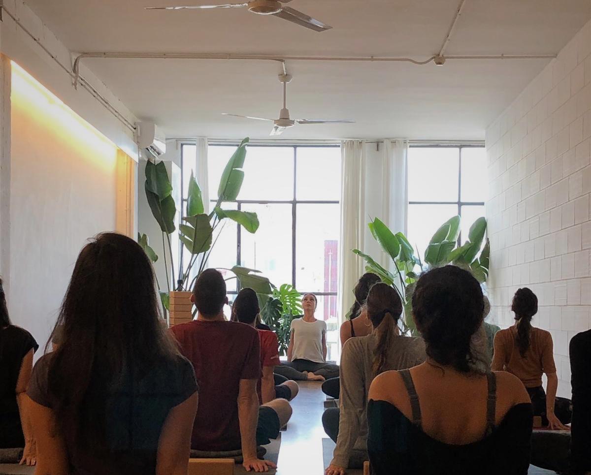Primera práctica de Yoga Solidario en Barcelona Sahayak Yoga